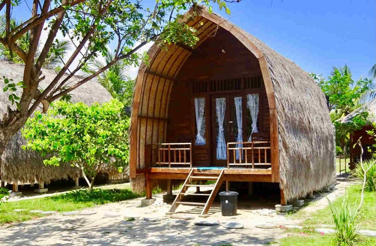 Nhà được làm từ những vật liệu giá rẻ như mái lá, tấm tranh, gỗ thông,…